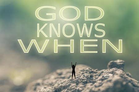 familia cristiana: Concepto de una persona de pie en el aire libre y buscar el texto sobre el cielo en el fondo la naturaleza. Foto de archivo