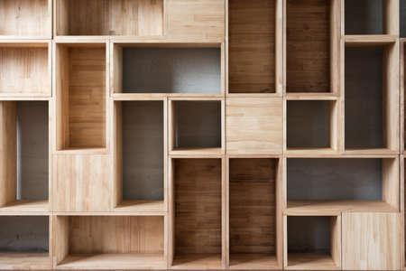 방에 바닥에 빈 나무 상자.