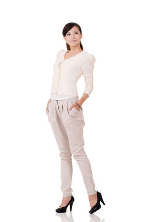 cuerpo entero: Mujer de negocios asiática joven, retrato de cuerpo entero con la reflexión sobre el estudio de fondo blanco. Foto de archivo