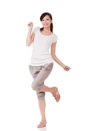 lleno: Presentaci�n de la mujer joven asi�tica alegre, retrato de cuerpo entero sobre fondo blanco.