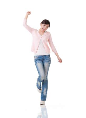 excitacion: Mujer asi�tica Emocionante sienta libre y sorprendido, retrato de cuerpo entero con la reflexi�n en el estudio de fondo blanco. Foto de archivo