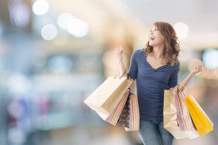 아시아 지주 가방 쾌활한 쇼핑 여자입니다. 스톡 콘텐츠