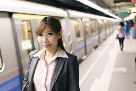 MRT 역에서 아시아 젊은 비즈니스 여자, 타이페이, Xinyi의 비즈니스 지구에서 대만을 촬영. 스톡 콘텐츠