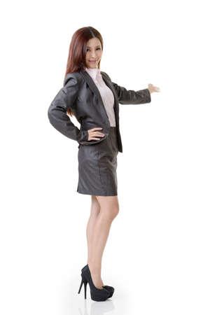 introduced: Mujer de negocios asi�tica introdujo en el fondo blanco. Foto de archivo
