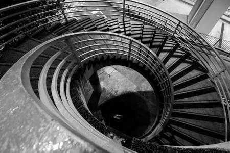 down stairs: Escaleras en blanco y negro en la parte exterior de una ciudad moderna.