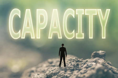 potentiality: Concepto de capacidad de una persona de pie en el aire libre y buscar el texto sobre el cielo en el fondo la naturaleza.