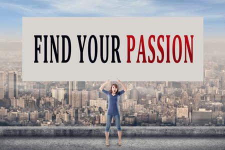 pasion: Encuentra tu pasión, palabras en suspenso la tarjeta en blanco por un joven en el exterior.