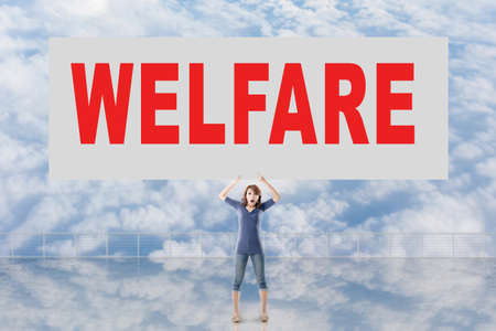 autocuidado: Mujer que sostiene la tarjeta con el texto en él contra el cielo. Foto de archivo