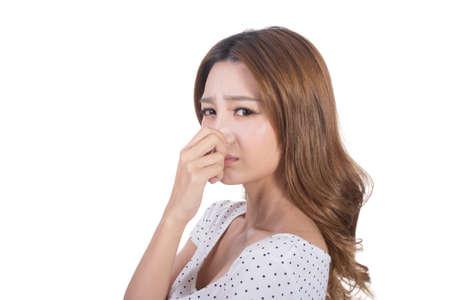 olfato: Retrato de una mujer joven con su nariz debido a un mal olor.
