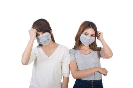 persona enferma: Mujer enferma con sus amigos con la máscara.