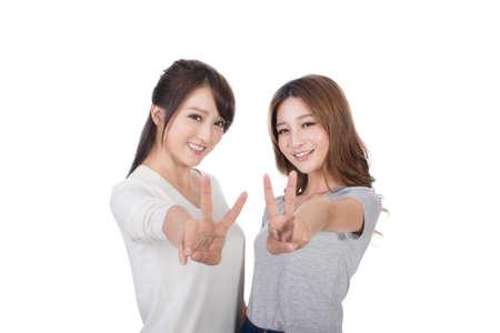 simbolo paz: Mujeres asiáticas que dan una señal de victoria.