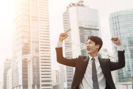 úspěšný: Veselá asijské obchodní muž úspěch.