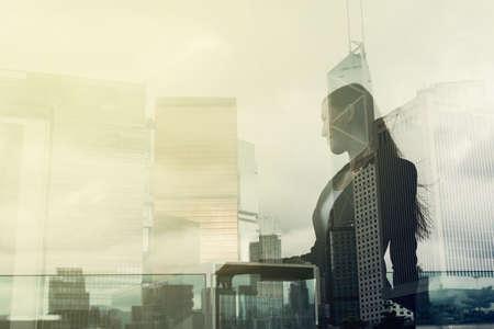 biznes: Sylwetka businesswoman stać i patrzeć daleko w Hong Kongu, Asia. Double Exposure.