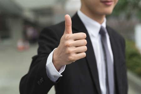 ottimo: l'uomo d'affari asiatico darvi un gesto eccellente.