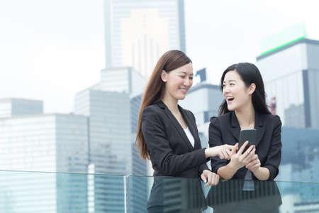 アジア ビジネス女性 Hong Kong は、アジアで互いに話しています。