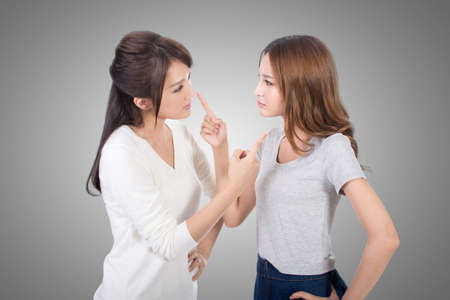 niñas chinas: Amigo discutiendo, dos mujeres asiáticas. Foto de archivo