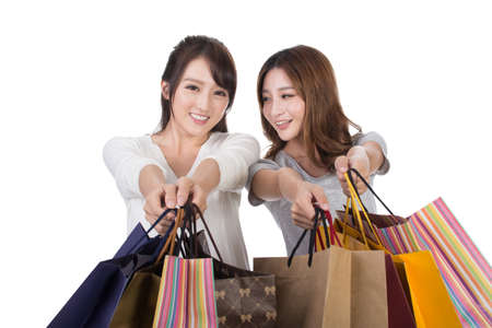 chicas de compras: Asian shopping woman with her friends holding bags.