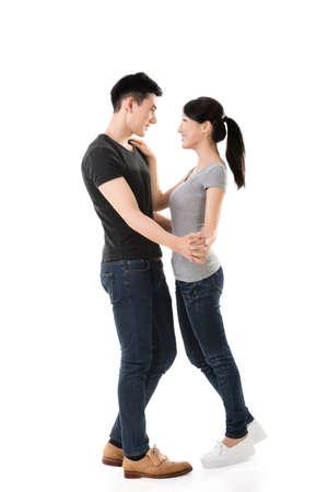pareja bailando: joven pareja de baile asiática con la cara sonriente.