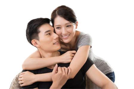 personas abrazadas: retrato de la atractiva pareja joven de Asia