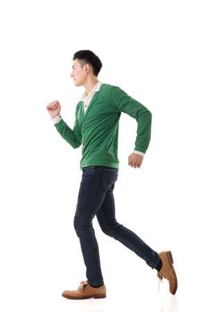 modelos hombres: Asiático ejecución hombre joven, retrato de cuerpo entero aislados en blanco.