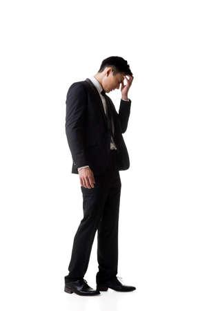 homme triste: Regret jeune homme d'affaires debout et de la pensée, portrait en pied isolé