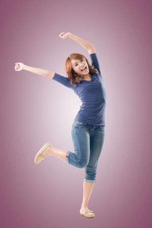 Aufgeregt asiatische jungen Mädchens, isoliert in voller Länge Portrait. Standard-Bild