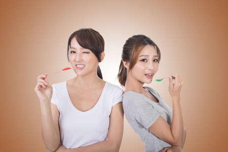 그녀의 친구와 아시아 여자 숟가락으로 재생할 수 있습니다. 스톡 콘텐츠
