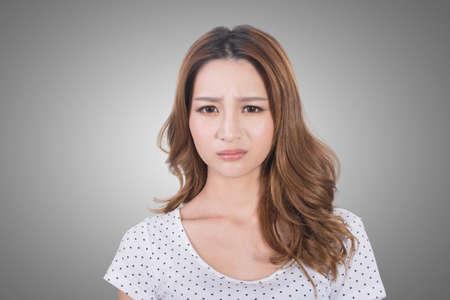 olfato: Retrato de una mujer joven infeliz a causa de un mal olor.