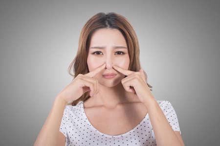 nariz: Retrato de una mujer joven con su nariz debido a un mal olor.