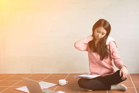 persona enferma: Asia mujer que trabaja en casa y sentirse cansado. Foto de archivo