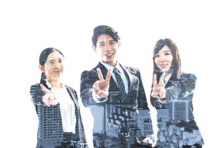 simbolo paz: Equipo de negocios asiáticos en la ciudad. Foto de archivo