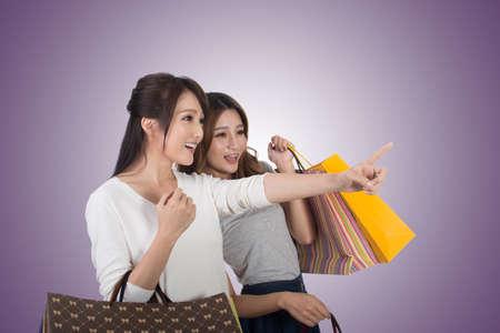 chicas de compras: Compras mujer asiática con sus amigos la celebración de bolsas.