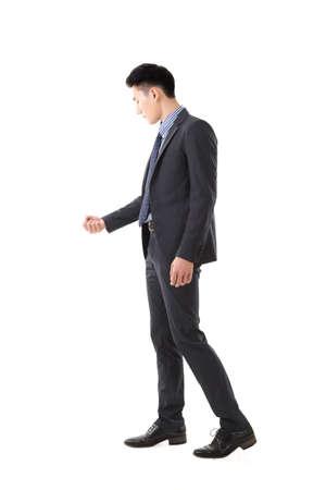 puerta abierta pose, retrato de cuerpo entero del hombre de negocios joven asiático