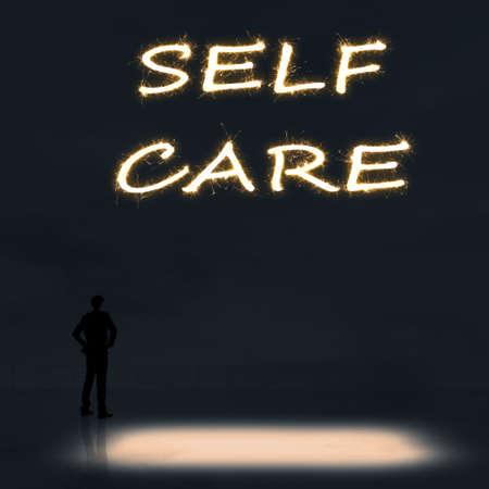 autocuidado: Concepto de cuidado de s� mismo con una persona de pie en el exterior y buscar el texto sobre el cielo en la noche.