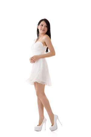 아시아 웃는 젊은 여자, 전체 길이 초상화입니다.
