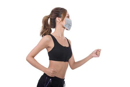 polvo: La mujer asiática con la máscara en alineada del deporte que activa, el concepto de la contaminación del aire, enfermedad, etc. Foto de archivo