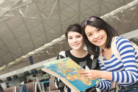 Azjatyckie kobieta z jej przyjaciel podróży zagranicznych Zdjęcie Seryjne
