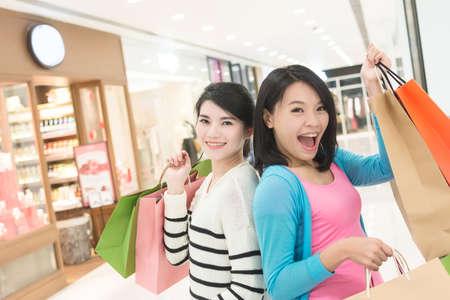 Excite vrouw gaan winkelen met haar vriend in warenhuis Stockfoto