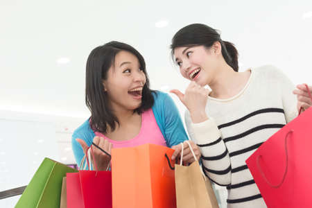 chicas de compras: Excite mujer ir de compras con su amiga en la tienda por departamentos