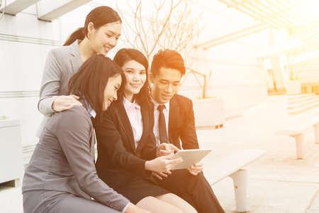 Gruppe von Geschäftsleuten arbeiten zusammen mit Pad Standard-Bild