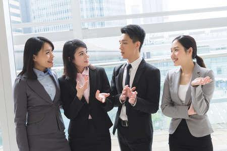 comunicarse: grupo de Asia hombre de negocios y la mujer hablar el uno al otro