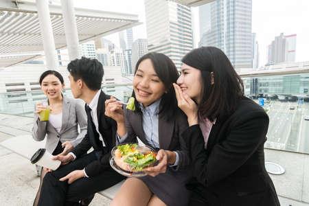 almuerzo: grupo de personas asiático del asunto almorzando en el exterior