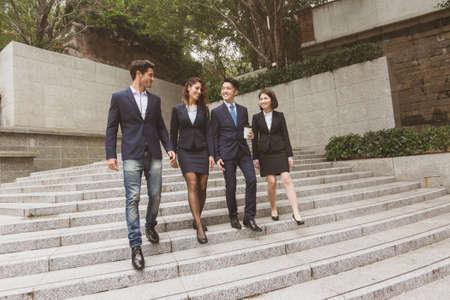 personas en la calle: Grupo de gente de negocios a pie en la calle Foto de archivo