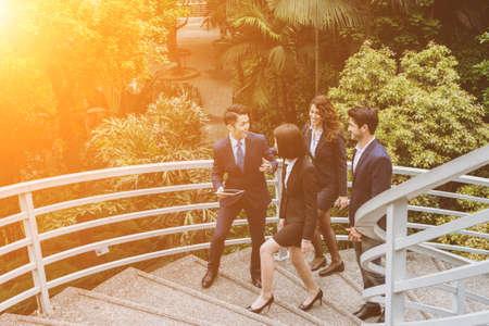 ビジネス人々 のグループは、屋外で議論します。