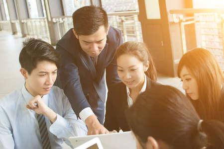 ビジネス人々 が議論または都市の会議