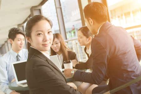 Les gens d'affaires discuter ou rencontrer dans la ville Banque d'images