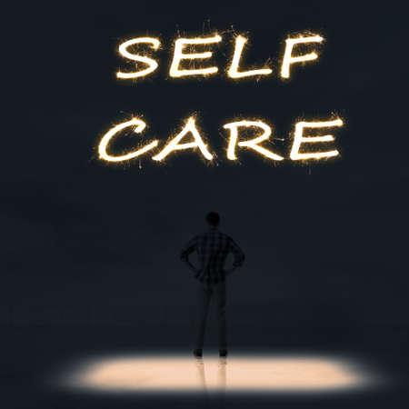 autocuidado: Concepto de cuidado de sí mismo con una persona de pie en el exterior y buscar el texto sobre el cielo en la noche.