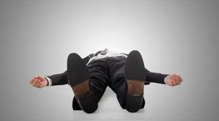 gente durmiendo: hombre de negocios de Asia se extiende en el suelo, retrato de larga duración aislado