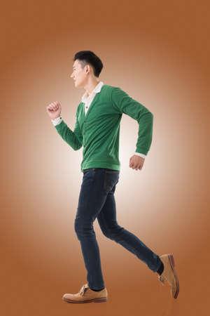 hombres jovenes: Asia joven corriendo, retrato de longitud completa aislado en blanco.