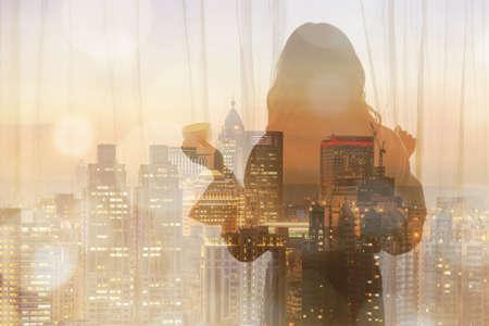 Silhouette di una donna in piedi davanti a una finestra e tenendo una tazza di caffè.